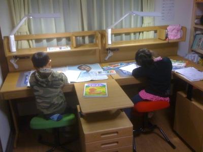 2台並んだ学習机