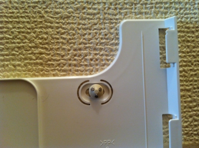 リモコンホルダーを石膏ボード用の鋲で留めた状態