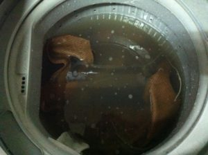 布張地を洗濯したら真っ黒に
