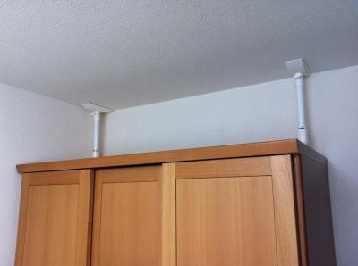 ワードローブにつっぱり式家具転倒防止具を設置