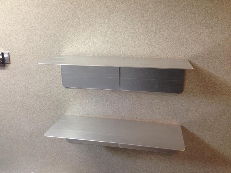 超強力両面テープ粗面用で自作ラックを壁面に貼り付け