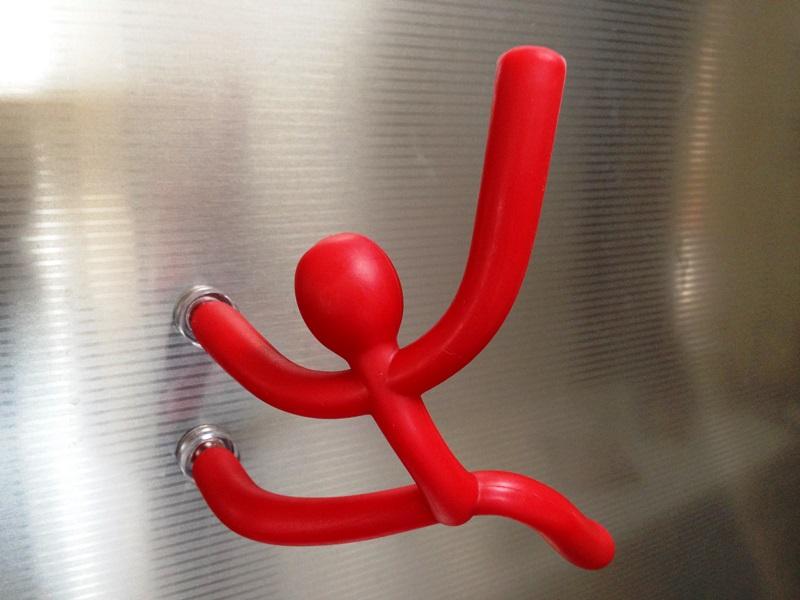 マグネットパーツで冷蔵庫に貼り付けることも可能