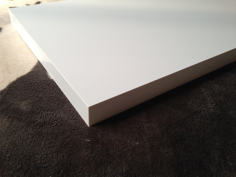 表面・側面=メラミン樹脂、裏面=ポリ合板