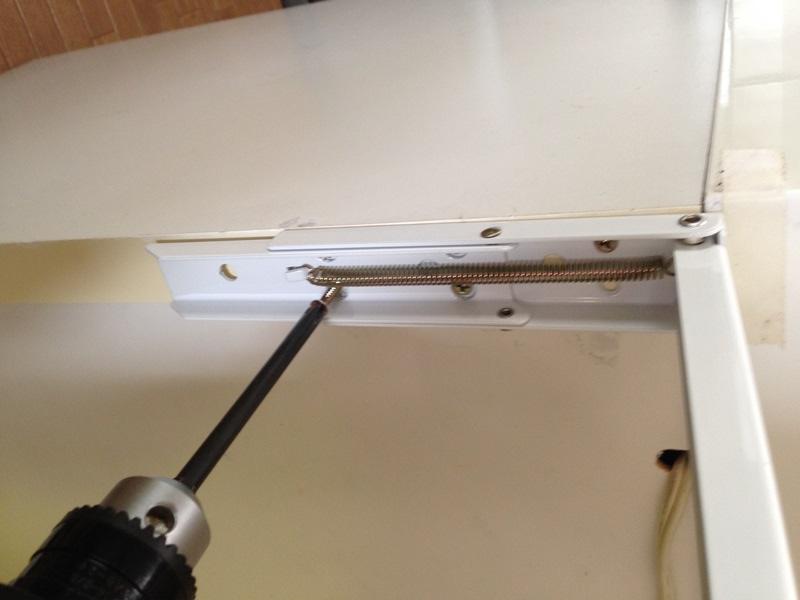 折り畳み式棚受をキッチンカウンターに仮留め