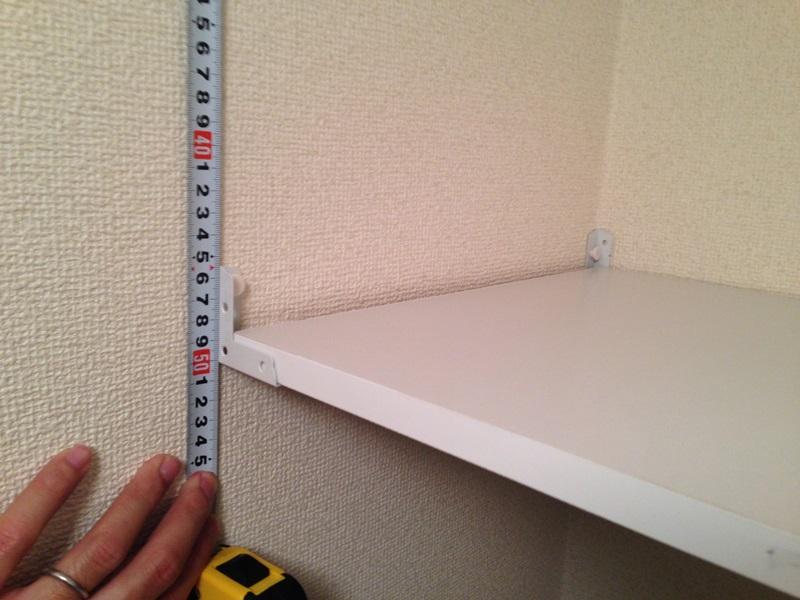 棚板を仮に置いて手前側にも隅金を固定