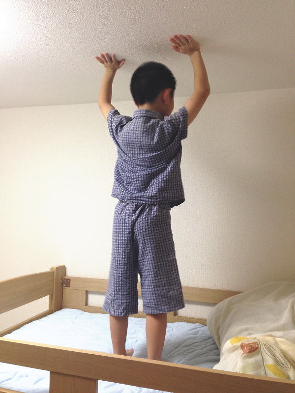 二段ベッド上段に立つ息子