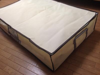 敷布団を圧縮し、ボックスのファスナーを閉じる